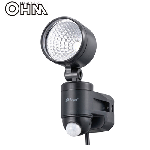 オーム電機 LEDセンサーライト AC電源 (コンセント式) 屋外可 4W×1灯 LS-A145A-K
