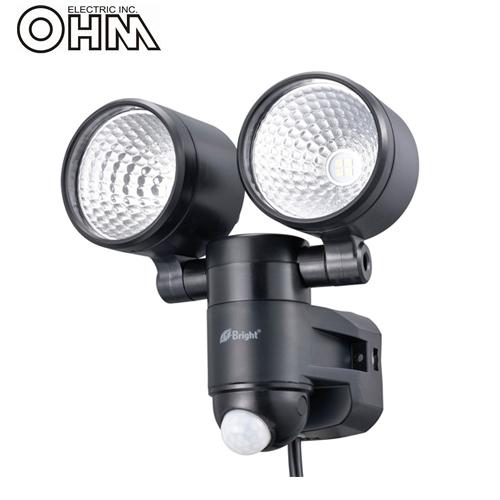 オーム電機 LEDセンサーライト AC電源 (コンセント式) 屋外可 4W×2灯 LS-A285A-K