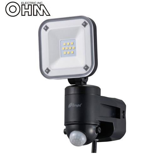 オーム電機 LEDセンサーライト AC電源 (コンセント式) 屋外可 8W×1灯 LS-A185B-K