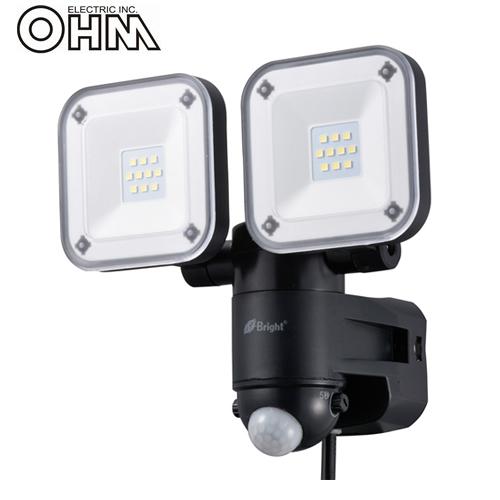 オーム電機 LEDセンサーライト AC電源 (コンセント式) 屋外可 8W×2灯 LS-A2165B-K